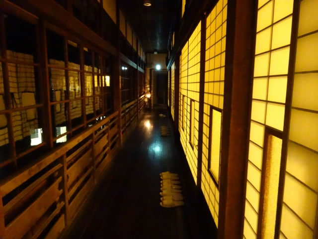 風情ある旅館の廊下