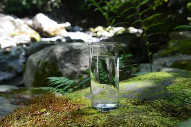 飲み水とグラス